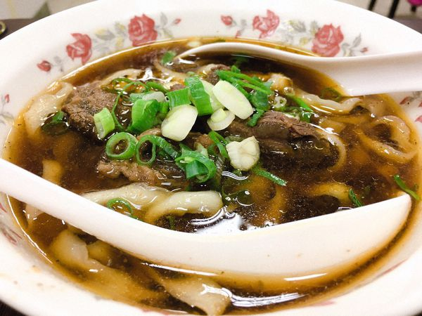 陳家牛肉麵館 - Q彈刀削麵、鮮嫩燉牛肉加上濃郁湯頭,永和人吃的牛肉麵