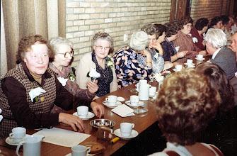 Photo: Blik in de zaal v.l.n.r. Mevr. Van Boven, mevr. Braams, mevr. Stokker enz.