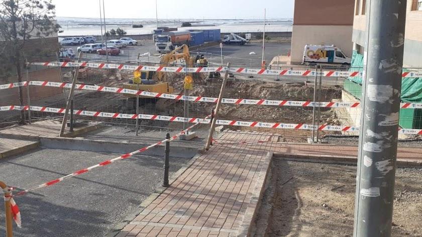 El tráfico de acceso a Urgencias se está redirigiendo debido al corte de la carretera para poder llevar a cabo las obras de mejora.