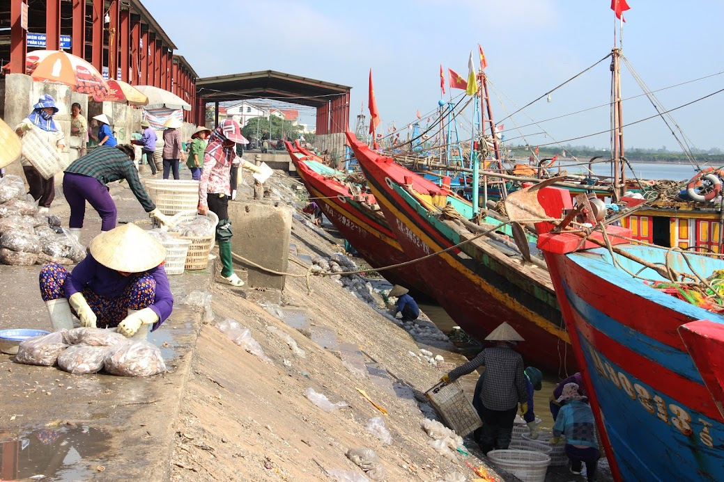Túi ni lông, nước rỉ từ hải sản ở cảng cá Diễn Ngọc tuồn xuống biển