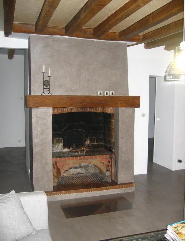 cheminee-apres-renovation-en-enduit-decoratif-beton-cire-betons-de-clara
