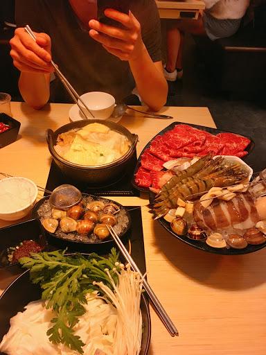 今天點龍王+紐西蘭和牛鍋🐂 原味湯底🍲 用料豐富、牛肉很嫩、海鮮很澎湃 二人一鍋吃完超撐👍 甜點竟然是明治冰淇淋吃到飽🍦