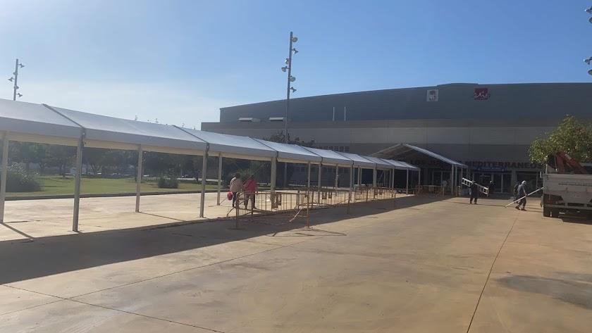 Zona de sombra en el Palacio de los Juegos Mediterráneos.