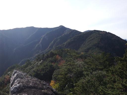 太平谷の高(中央)、太平谷の頭(右)と奥に南亦山の山頂部