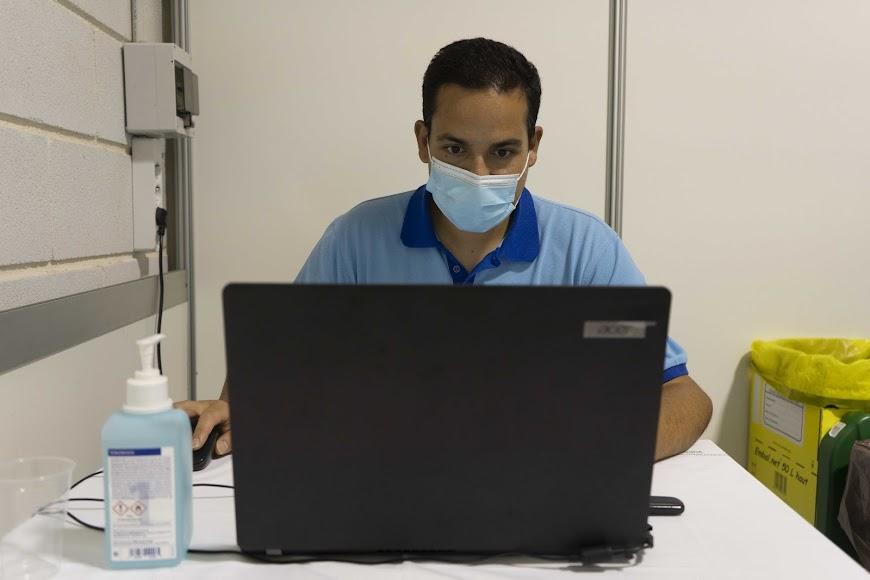 Un sanitario delante de un ordenador.