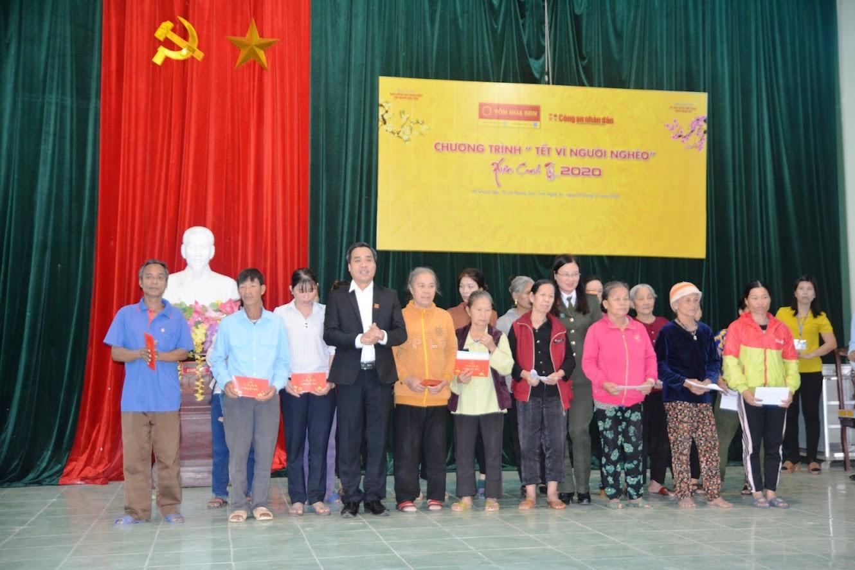 Đại diện Báo CAND và Tập đoàn tôn Hoa Sen trao các suất quà cho các hộ nghèo và cận nghèo