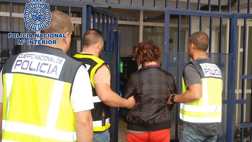 Traslado de Loreta V. por agentes de la Policía Nacional