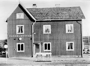 Photo: Järnvägsstationen i Vasselhyttan. Stationshuset 1951