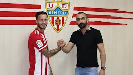 Lazo con Mohamed El Assy en la sede del Almería.
