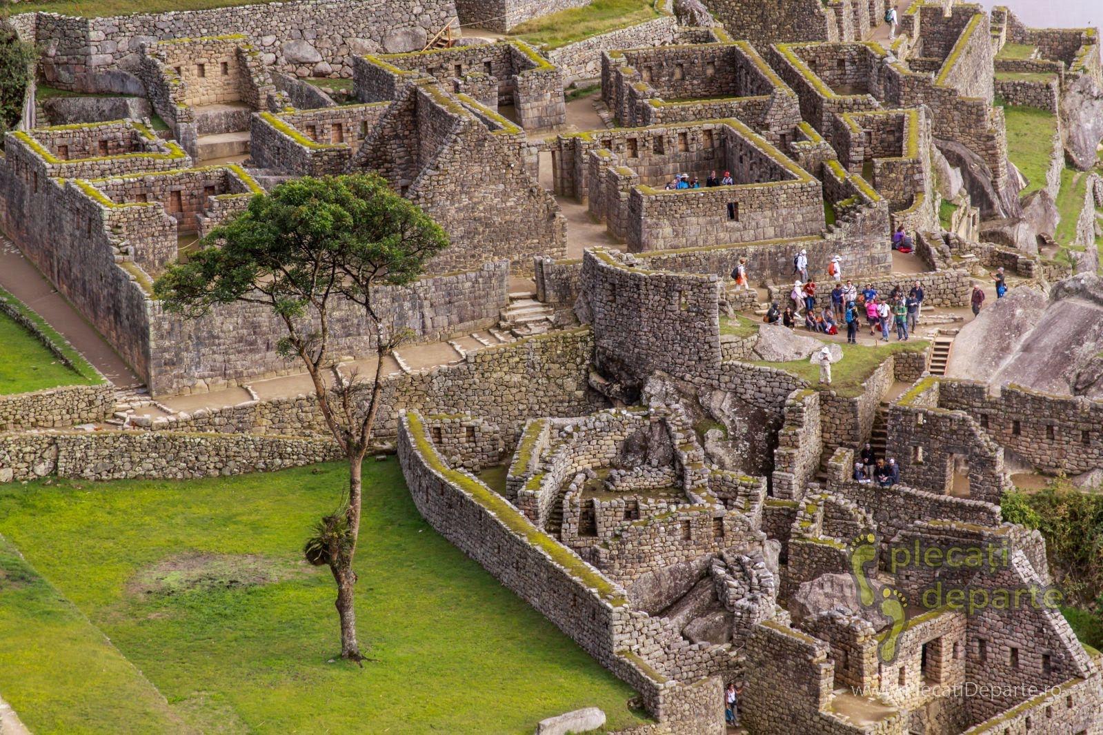 turisti printre ruinele cetatii Machu Picchu, detaliu zoom