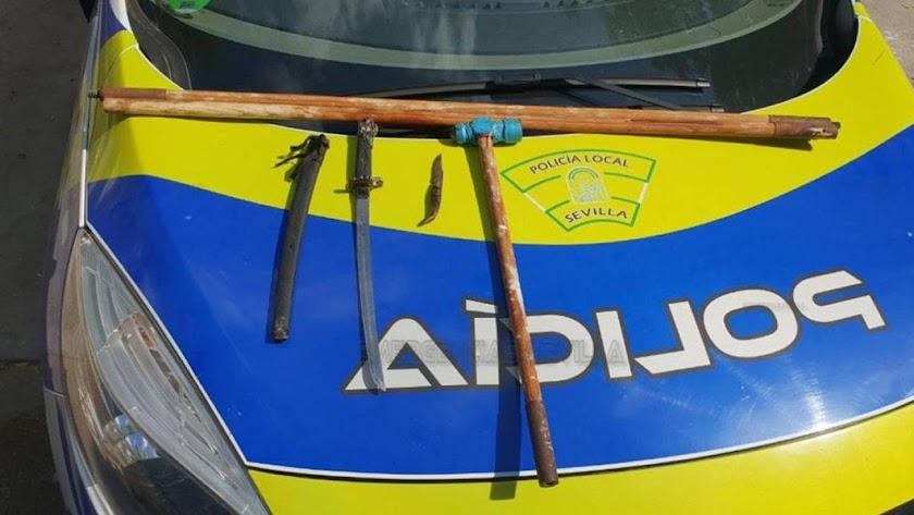 Armas blancas incautadas al conductor detenido en Sevilla. Imagen de Emergencias Sevilla.
