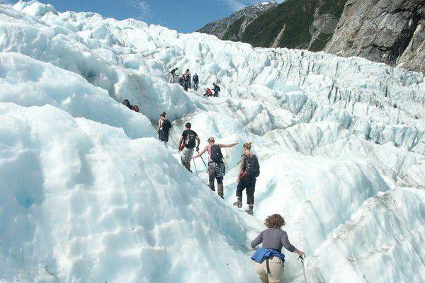 Hình ảnh các du khách trải nghiệm đi bộ và leo núi tuyết