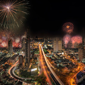 Beautiful symphony of fireworks with Bangkok City life background by Waraphorn Aphai - City,  Street & Park  Night ( exploration, city life, business, new year 2019, bangkok, destination, long exposure, fireworks, symphony, beautiful, attraction, background, cityscape, landmark, landscape, night photography,  )