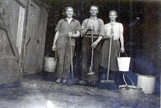 Photo: Jans en Hillie Leiting Links: Els ... Stallen schoonmaken bij J. Braams