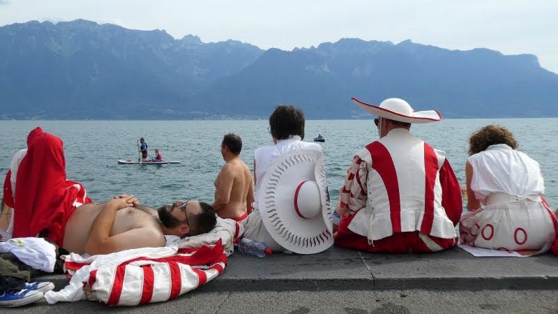 Ещё одна группа артистов-добровольцев. Дядя, стоящий в озере, видимо, тоже из их числа: на фото не видно, но на самом деле на нём плавки с символикой фестиваля. Кстати, за костюмы участники платят из своего кармана.