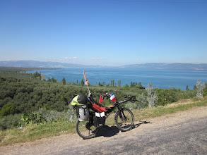 Photo: Jolie vue sur le lac Iznik gölü. Entre Gemlik et Iznik. Juste avant un petit thé et un grignotage d'amande et de fruit spontanément offert.
