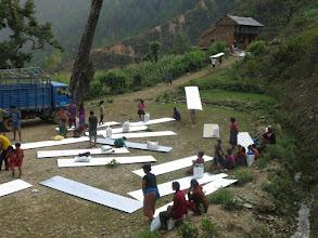 Photo: Voluntarios de la Fundació Casa del Tibet haciendo el reparto de láminas de metal para las familias en la aldea de Khalte, distrito de Dhading.