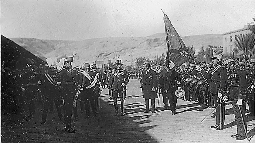 El rey Alfonso XIII saludando a la bandera en el andén de Costa, el 25 de abril de 1904.