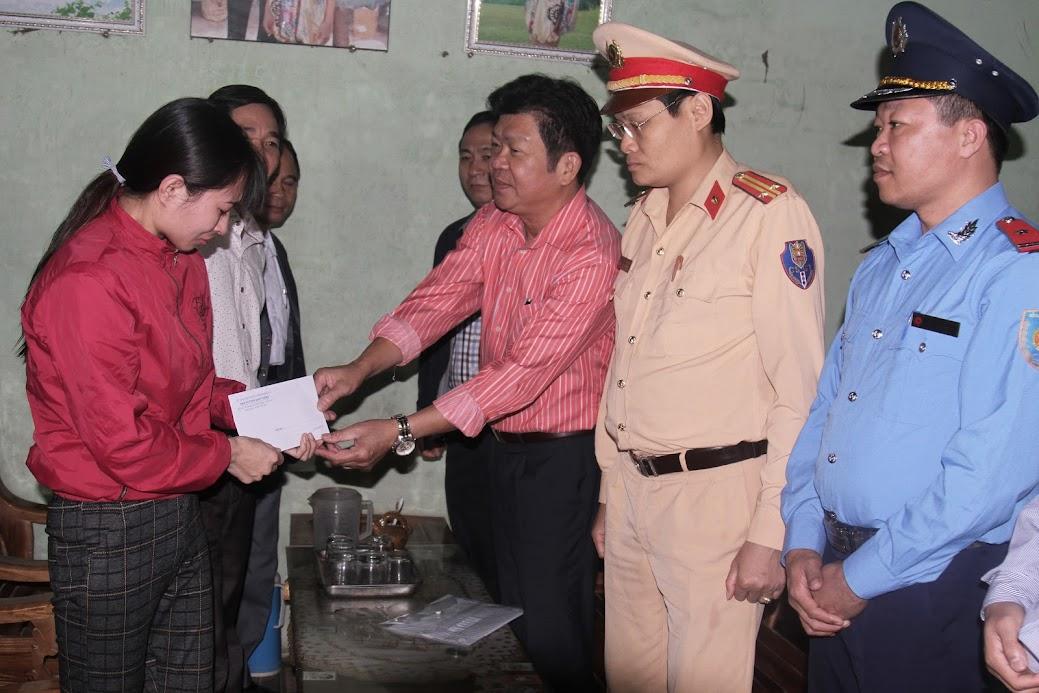 Đoàn công tác của UBND tỉnh tặng quà hỗ trợ gia đình chị Đỗ Thị Hường ở xóm 2, xã Thuận Sơn, huyện Đô Lương