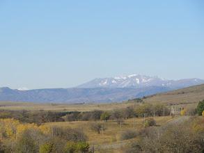 """Photo: Pasmo Trialeckie: Ardzhevani - 2759 m. n.p.m. (lewy skraj pasma). """"Niski"""" ośnieżony szczyt po lewej to bardziej zachodnia część Pasma Trialeckiego, leżąca w pobliżu jeziora Tabacquri. Na pierwszym planie droga z Tbilisi do Manglisi."""