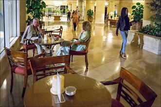 """Photo: отель """"Шератон"""", бар в холле"""