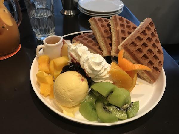 咖啡弄 忠孝店 超厚鬆餅美味且大份量 台北超強排隊美食屹立不搖