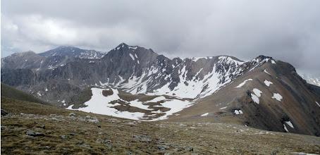 Photo: La carena que uneix el Bastiments (a l'esquerra), el Pic de l'Infern (al centre) i el Pic de la Fossa del gegant (a la dreta).