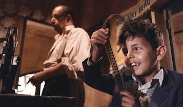 """Photo: Uma inesquecível sequência de """"Cinema Paradiso"""": Phillipe Noiret e Salvatore Cascio em cena."""