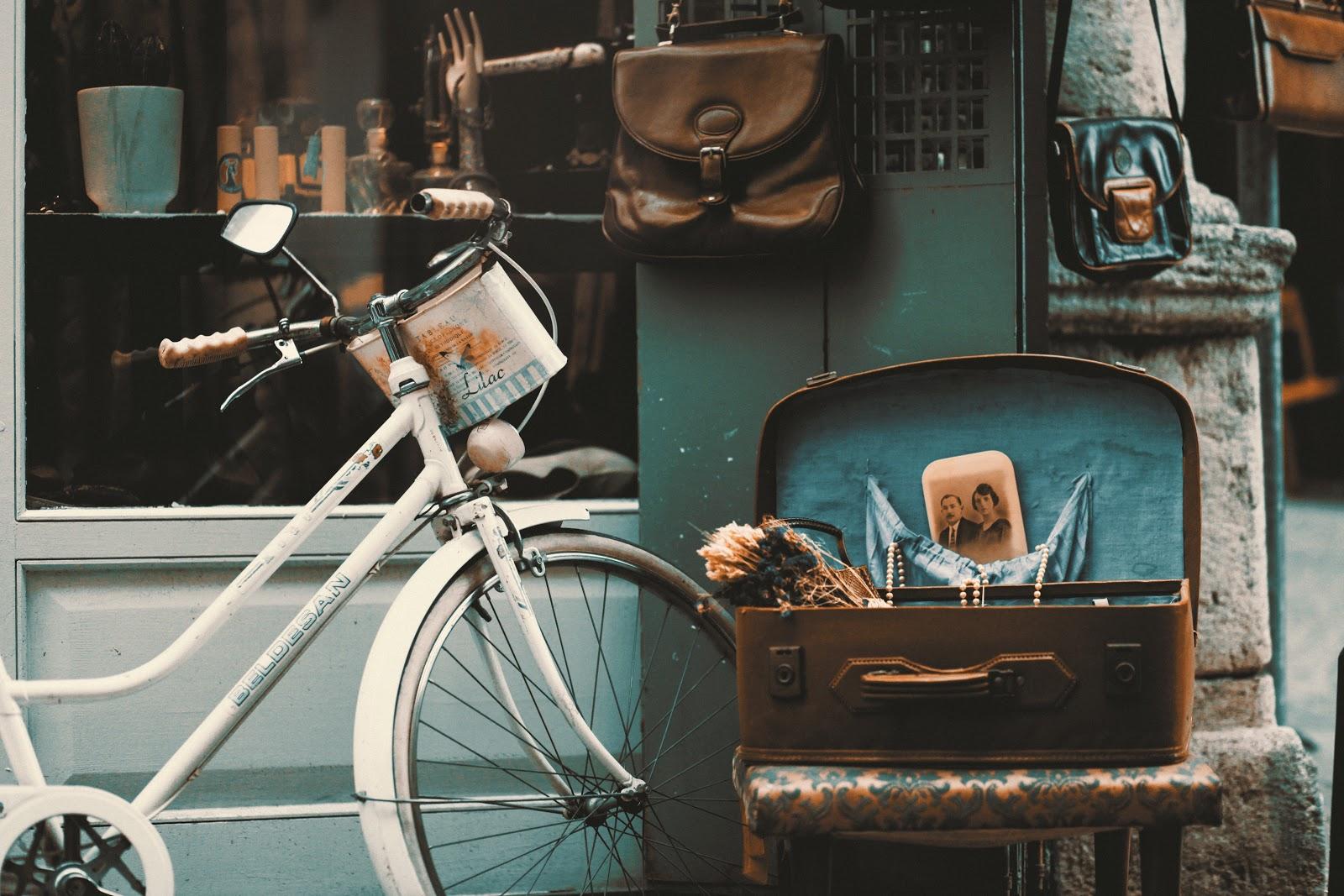 אופניים ישנות ליד מזוודה