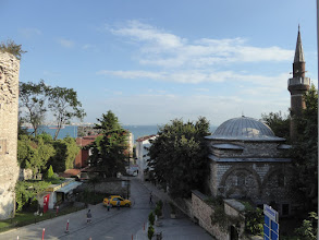 Photo: Erster Blick aus dem Zimmer, Hotel »Eternity« Zimmer 205. Links die Mauer des Topkapi-Gebiets, in der Mitte der »Taksi«-Standplatz, rechts die kleine Moschee