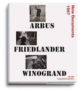 boekomslag met van iedere fotograaf een fotootje met een man en vrouw: Diane Arbus: naast elkaar poserend, Garry Winogrand: achter elkaar lopend en Lee Friedlander: samen in een open auto
