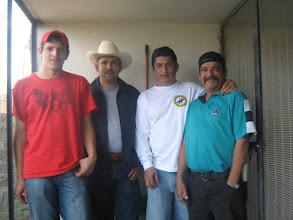 Photo: Adrian uno de mis pastores, el gran amigo Pancho Vasquez de Tepa, otro gran amigo Rolando y compañero colombófilo de Guanatos en el pasillo de mis palomares de cría.