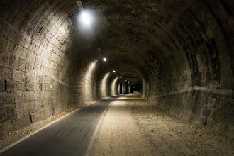 Photo: Ścieżka rowerowa w dawnym tunelu kolejowym. To już po pokonaniu trochu kilometrów w kierunku przełęczy Brennero. Po tej ścieżce rowerowej jadę jeszcze kilkanaście kilometrów i kończę dzień gdzieś pod estakadą autostrady A22 ;P