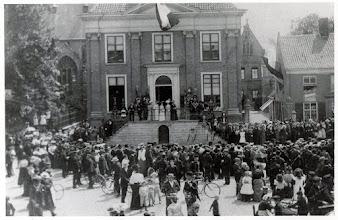 Photo: 1913 Gemeentehuis onafhankelijkheidsfeesten met muziekgezelschappen. (zie Mariaklooster achter gemeentehuis)