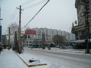 Photo: Qiqihar mail road, Pukui Street passing Qiqihar railway residential southern area. 齐齐哈尔朴奎大街通过齐齐哈尔铁路南局宅的十字路口。