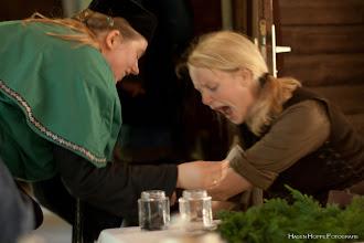 Photo: Die Heilerin setzt Blutegel an