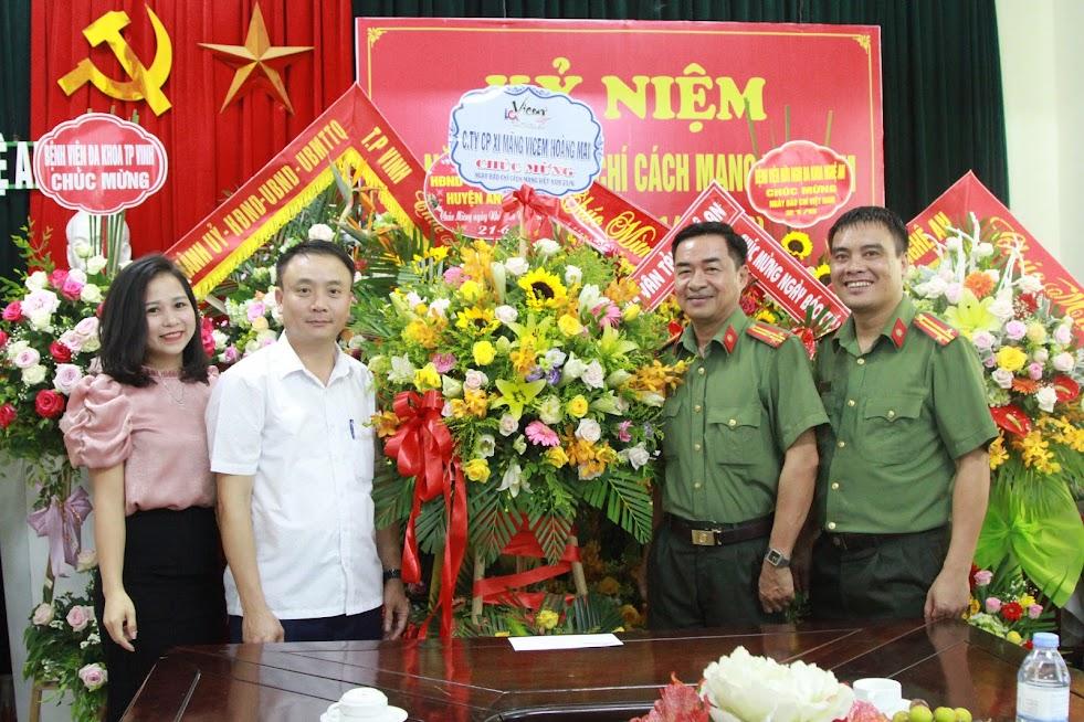 Công ty CP Xi măng Vicem Hoàng Mai chúc mừng Báo Công an Nghệ An