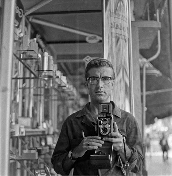 Autorretrato de Carlos tomado con su cámara Rolleiflex en 1965.