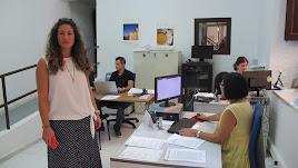La concejal en la oficina de información municipal.
