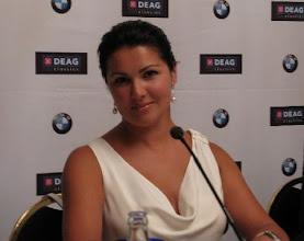 Photo: Anna Netrebko bei einer Pressekonferenz am 7.7. in Berlin. Foto: Ursula Wiegand