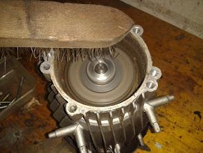 Photo: Pongo en marcha el motor y le meto un cepillo de alambre para arrancar todo el óxido que tiene.