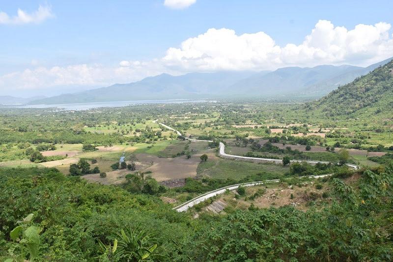 Con đường đẹp như một dải lụa (phía xa xa là hồ Song Sắt, hồ thủy lợi lớn nhất của Ninh Thuận).