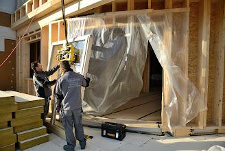 Photo: 20-11-2012 © ervanofoto De laatste klus voor de kraan. Het zware raam naar het terras is boven aangekomen. Het werk voor de kraanman zit er op.