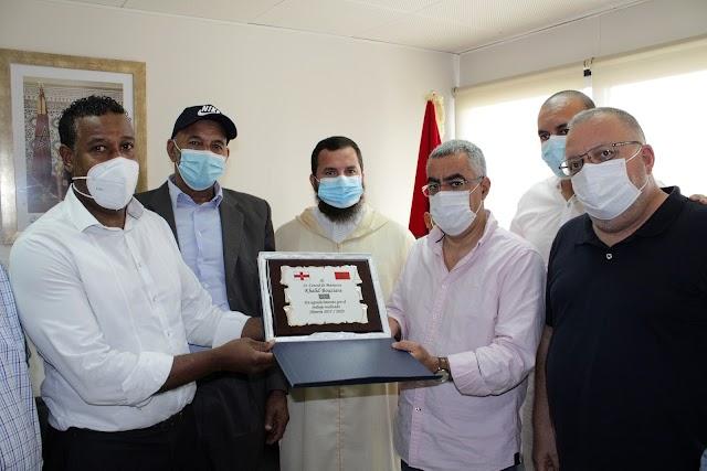 El cónsul general del Reino de Marruecos en Almería, Khalid Bouziane, tras recibir una placa como homenaje.