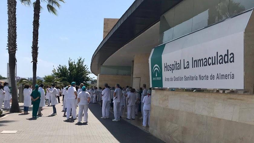 Personal sanitario a las puertas del Hospital La Inmaculada.
