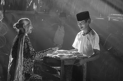Bargaining by Basuki Mangkusudharma - People Street & Candids ( bargaining traditional market )