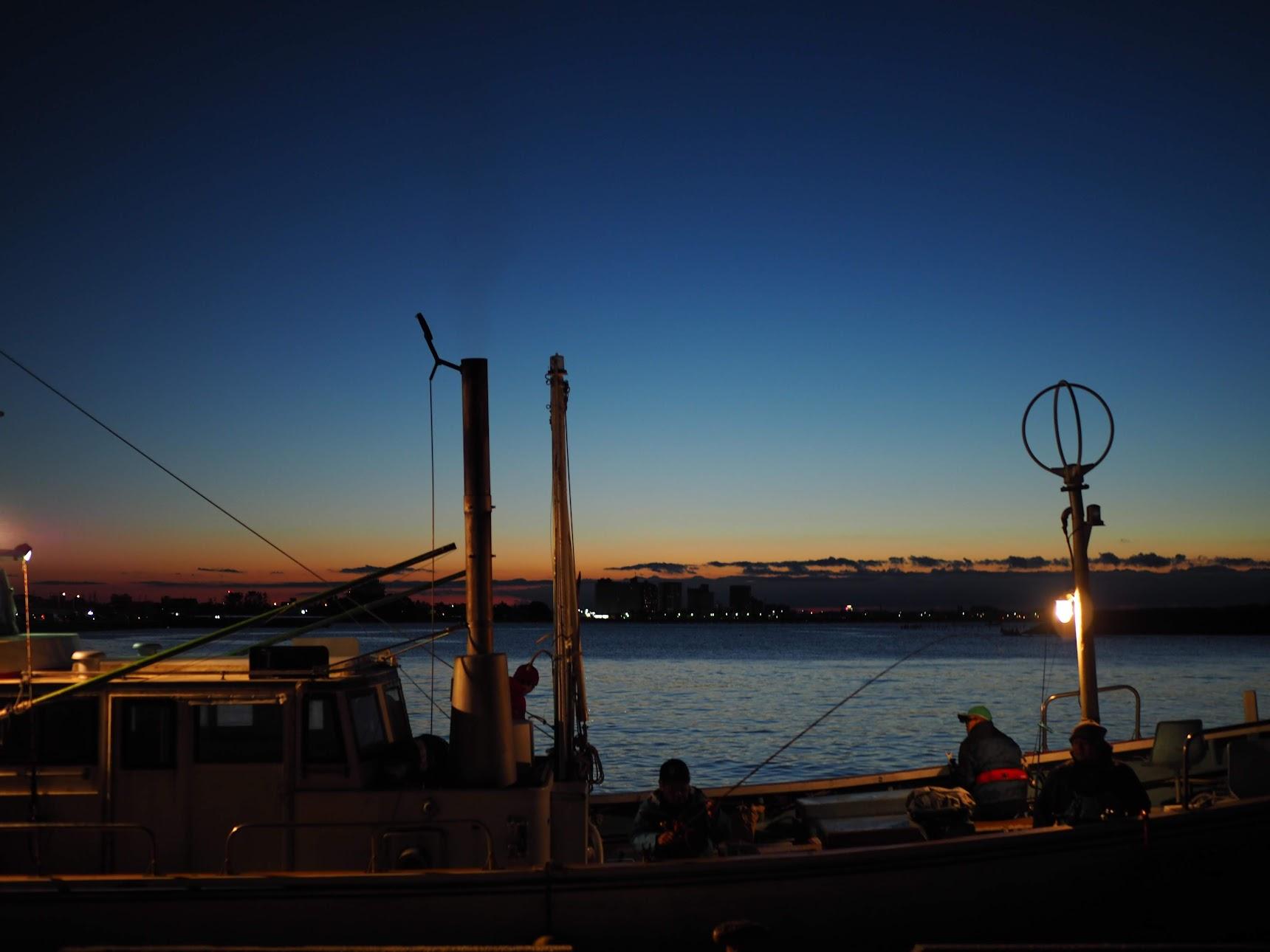 浜名湖で出船待ちする釣り人たち