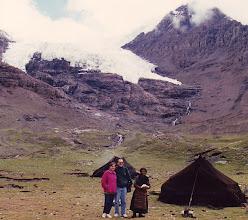 Photo: Menchu y yo y una nómada tibetana en el Karo-la (Tibet) (agosto de 1994)