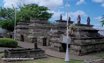 Photo: Makam raja-raja Gowa, Makam Sultan Hasanuddin (kanan) Lokasi : Katangka, Sungguminasa, Gowa, Indonesia.
