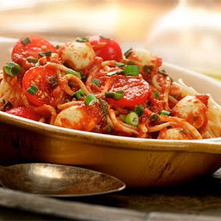 Spaghetti Bolognese met kerstomaatjes en mozzarellabolletjes